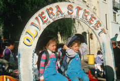 Deux enfants à la rue historique d'Olvera Photographie stock libre de droits