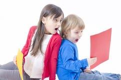 Deux enfants étonnés Image libre de droits