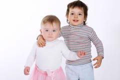 Deux enfants étreignants mignons sur le blanc Photo stock