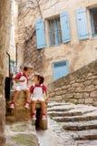 Deux enfants adorables, se reposant sur la roche de rue, souriant, mangeant I Image libre de droits