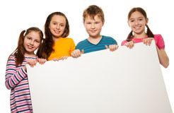 Deux enfants affichant la publicité Photo stock