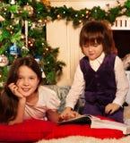 Deux enfants affichant le livre de Noël Photo libre de droits
