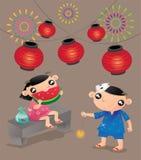 Deux enfants apprécient leurs temps de plaisir dans le festival japonais traditionnel d'été Photos libres de droits