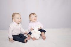 Deux enfants assez petits avec un grand jouet Photo libre de droits