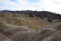 Deux enfants au point de Zabriskie en parc national de Death Valley la Californie photo libre de droits