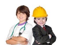 Deux enfants avec des vêtements des ouvriers Photographie stock libre de droits