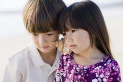Deux enfants avec l'interpréteur de commandes interactif Image libre de droits