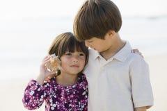 Deux enfants avec l'interpréteur de commandes interactif Photographie stock