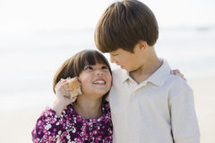 Deux enfants avec l'interpréteur de commandes interactif Photographie stock libre de droits