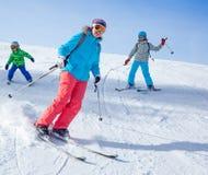 Deux enfants avec la mère appréciant des vacances d'hiver Photos stock