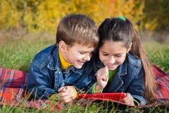Deux enfants avec la tablette Photos stock