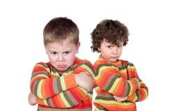 Deux enfants avec le même débardeur fâché Photos stock