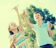 Deux enfants avec les avions de papier dehors Image libre de droits