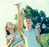 Deux enfants avec les avions de papier dehors Photographie stock libre de droits