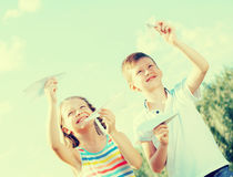 Deux enfants avec les avions de papier dehors Photos libres de droits