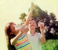 Deux enfants avec les avions de papier dehors Images libres de droits