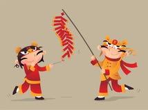 Deux enfants chinois jouant le pétard pour célébrer venir chinois de nouvelle année Image stock