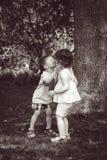 Deux enfants d'enfants étreignant des baisers Image libre de droits