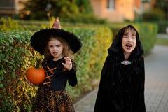Deux enfants d'un plus jeune âge scolaire dans des costumes pour Halloween Photos libres de droits