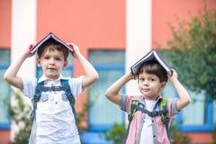 Deux enfants d'un plus jeune âge scolaire, du garçon et de son ami sont r Image libre de droits