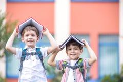 Deux enfants d'un plus jeune âge scolaire, du garçon et de son ami sont r Photo stock