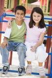 Deux enfants dans la cour de jeu Images libres de droits