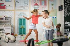Deux enfants dans la cour de jeu Photos stock