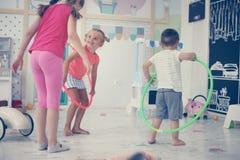 Deux enfants dans la cour de jeu Hoolahope de rotations d'enfants Photographie stock libre de droits