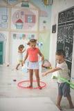 Deux enfants dans la cour de jeu Hoolahope de rotations d'enfants Photographie stock