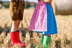 Deux enfants dans les costumes bavarois traditionnels et le rubb rouge et vert Photos stock