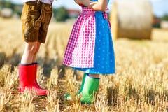 Deux enfants dans les costumes bavarois traditionnels et le rubb rouge et vert Image stock