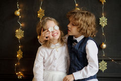 Deux enfants de fête habillés photographiés pour la carte de Noël Image libre de droits