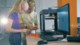 Deux enfants de l'adolescence essayent de composer un dispositif tout en étant dans un quantorium banque de vidéos