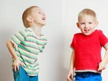 Deux enfants de mêmes parents de petits garçons jouant ensemble sur la table Photo stock