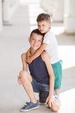 Deux enfants de mêmes parents passent leur temps sur la rue Image stock