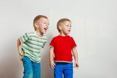 Deux enfants de mêmes parents de petits garçons jouant ensemble sur la table images stock