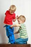 Deux enfants de mêmes parents de petits garçons jouant ensemble sur la table Image stock