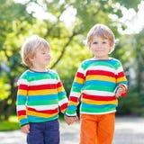 Deux enfants de petits frères dans l'habillement coloré Photos stock