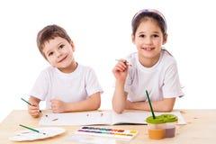 Deux enfants de sourire réunit avec l'aquarelle image stock