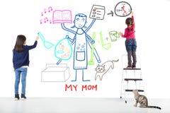 Deux enfants dessinant ses tâches professionnelles de mère images libres de droits