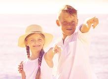 Deux enfants dirigeant la plage Photographie stock