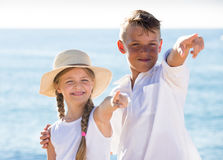 Deux enfants dirigeant la plage Images libres de droits