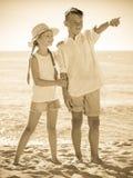 Deux enfants dirigeant la plage Photos stock
