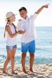 Deux enfants dirigeant la plage Photo stock