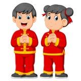 Deux enfants donnent une salutation pendant une nouvelle année de Chinois illustration de vecteur