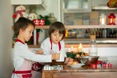 Deux enfants doux, frères de garçon, préparant des biscuits de pain d'épice Photos stock