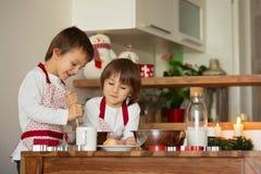 Deux enfants doux, frères de garçon, préparant des biscuits de pain d'épice Images libres de droits