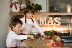 Deux enfants doux, frères de garçon, préparant des biscuits de pain d'épice Image stock