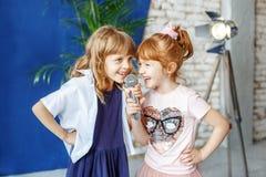 Deux enfants drôles chantent une chanson dans le karaoke Le concept est childh photo libre de droits