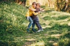 Deux enfants drôles jouant ensemble Image libre de droits